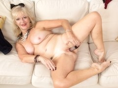 Old milf Sapphire Louise pleasures her wet cunt